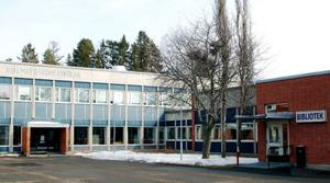 I år är det precis 40 år sedan dåvarande utbildningsministern Ingvar Carlsson (S) fanns på plats och högtidligt invigde kommunens nya moderna gymnasieskola. Den ansågs högst modern inte bara på grund av ändamålsenligt utformade lokaler utan för att gymnasieskolan integrerades med fackskolan och den teoretiska delen av yrkesskolan.Granne med den nybyggda skolan som egentligen stod klar redan på slutet av 60-talet placerades biblioteket som servade skolan på dagarna och samhället på kvällarna. Och bredvid byggdes sporthallen med simhall, vilken också invigdes av Ingvar Carlsson i april 1970.