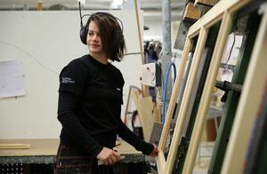 Bågar och altandörrar sätts ihop. Linda Frisk har gått en treårig möbelskickarutbildning och trivs med jobbet i fabriken.