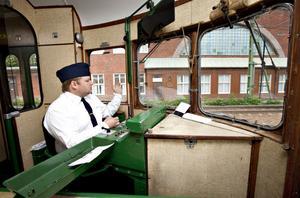 Hans Sjögren och nio andra lokförare kommer att turas om att köra rälsbussen mellan museet och fordonsmagasinet i sommar.
