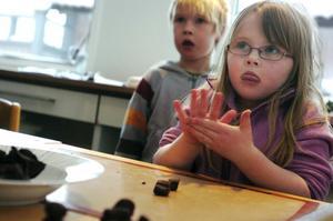 Saga Widström håller tungan rätt i mun när hon lär sig göra chokladrosor. Brorsan Felix tittar på avstånd.