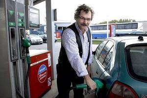 Anders Nygren tycker att de höga priserna på ett sätt är bra för miljön men att det är synd om de som behöver använda bilen.