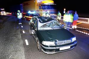 Kraftig krock. Bilens passagerarsida blev kraftigt intryckt. Turligt nog var bilisten ensam i bilen och undgick att träffas av älgens tyngd.
