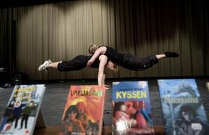 BÖCKER OCH CIRKUS. En festlig final satte i går punkt för årets bokslukartävling i Gävle kommun. För underhållningen stod bland andra akrobaterna Fredrik Fiasko Stone och Ted Branteryd som går tredje året på Vasaskolans cirkuslinje.
