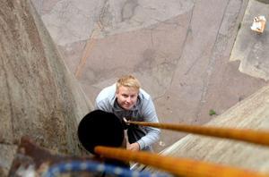 Patrik Höglund har kommit fram till cachen och håller på att skriva i loggboken.