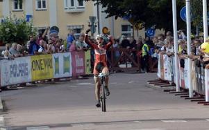 """Rutinerade räven Fredrik Ericsson, var utom sig av lycka på målrakan. """"Otroligt skön seger"""", förklarade 35-åringen efter loppet. Foto: Nisse Schmidt/DT"""