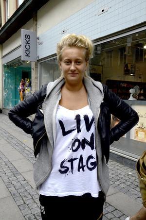 Lina Thor, 17 år, studerande, Örebro:– Tröjan betyder inget speciellt för mig, men den är skön att ha på sig.