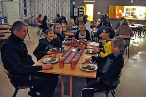 Deltagarna i aktivitetskvällen i Coriandergården lät sig väl smakas av maten som några av ungdomarna hade lagat, med assistans av Tommy Kokkarinen.