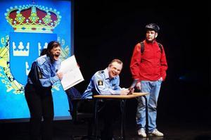 Kiki Korths-Aspegren och Patrik Zackrissons poliser gör narr av Mats Eklunds rollfigur i ett nummer som inte lyfter.