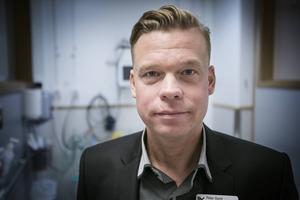 Ambulansens verksamhetschef Peter Sund avvaktar en bedömning från SOS alarm.