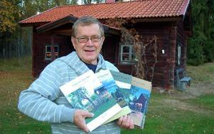 Bengt Erkers med några av de senaste av hans – hittills – 33 fotodominerade fäbodböcker. Foto: Kent Olsson