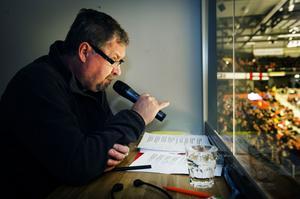 Tomas Melander hade en svettig uppgift när han pratade sig genom matchen. På uppdrag av kommunen och Synskadades Riksförbund.
