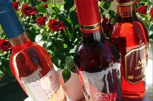 """Nu rosas förtalad vintyp. Det finns i dag många trevliga och fräscha roséviner i Systemets sortiment. Namnet kommer från franskans """"rose"""", som betyder ros och syftar på dryckens färg. Foto: Sune Liljevall"""
