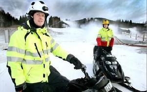 Erik Nilsson och Gustav Andersson ingår i snögänget jobbar tvåskift just nu. -- Bra med ett extraknäck så här till jul, säger Erik till höger. FOTO: LINA AXELSSON-BERG