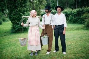 Brita, Petter och Björn Lodmark. Brita är även hon med i rundvandringen och spelar en grisflicka.