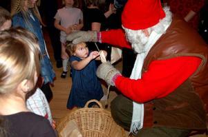 Tomten ger Holly Brottare en godispåse och en klapp på huvudet.