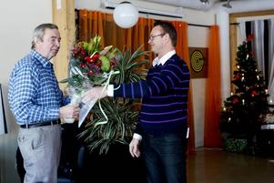 Avtackning. Bertil Andersson avtackas av Prefabs vd Owe Henriksson.