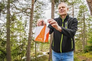 Niklas Martin är ordförande i Njurunda OK och banläggare till säsongens första tävling i klubbens sommarserie. Den sena våren med snö kvar i skogarna har gjort att han får tänka till lite extra när han planerar banorna.