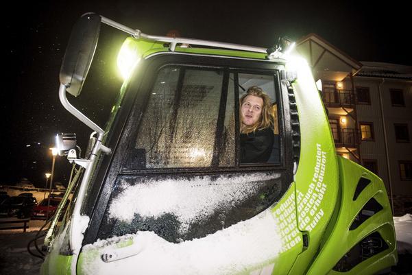 Pistmaskinsföraren Måns Berggren börjar jobba vid tiotiden på kvällen när backen stänger.