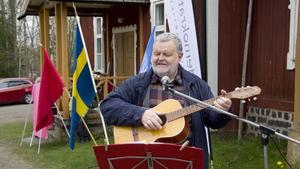 Lars Andersson (S), tidigare kommunalråd i Skinnskatteberg, sjöng under firandet vid hembygdsgården. Bland annat sjöng han Sång till friheten av Björn Afzelius.
