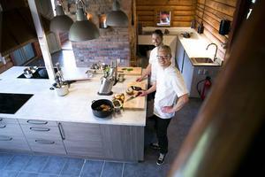 Micke Otterström och Petter Kosjanov som driver Kokkonsten matstudio i Skyttepaviljongen på Lugnet. Foto: Mikael Hellsten.