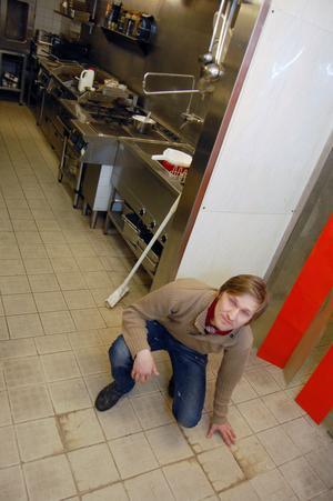 På golvet i kök och kyl finns lite spår av hur vattnet sipprade ut på golvet när André upptäckte att allt inte stod rätt till.