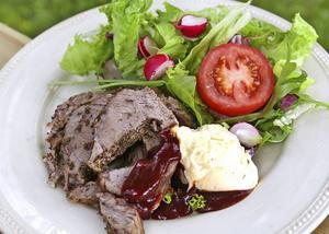 Örtfylld porchetta med blandad sallad, grillsås och bearnaise.   Foto: Dan Strandqvist