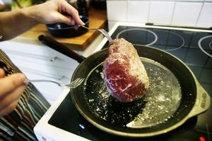 Stek maten i gjutjärnspanna.
