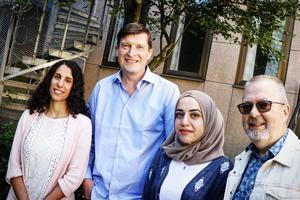 Två örebropratare: Amy Loutfi och Shaymaa Jalal tillsammans med initiativtagarna K-G Ekblom och Tomas Jennebo