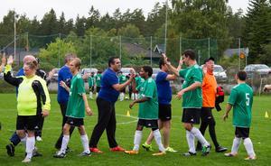 Matchen avslutas på sedvanligt sätt. Hans Stergel (C) i orange tröja stod i mål för politikerna.