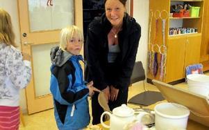 Kunderna anlände till slöjdsalen där borden stod fulla med saken till försäljning. – Ett bra initiativ av barnen, säger Lotta Svensk som kom till loppisen med sin son Marcus. Hon har också ett barn som går i klass 4B. FOTO: ILSE BRATTLÖF