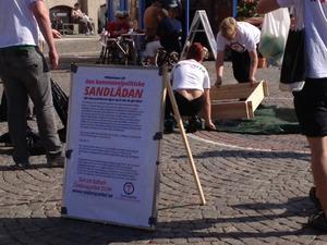 Örebropartisterna kom med en bärbar sandlåda till Stortorget i dag.