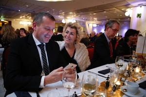 Mikael Lennartsson och Lena Lind från Boo Mälardalen tittade på kundkontakter innan maten kom.