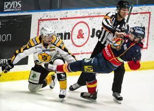 Kamp mellan Skellefteås Mattias Ritola, DIFs Marcus Högström och domaren under lördagens SHL-match i ishockey mellan Djurgårdens IF och Skellefteå AIK på Hovet i Stockholm.