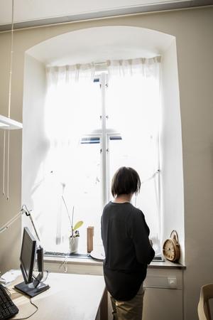 Genom fönstret i Susanne Norbergs arbetsrum i rådhuset kan man blicka ut över det stillsamma och lugna folklivet i centrala Falun.