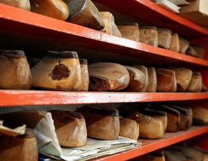 Det finns mycket prylar i skomakeriet som skulle passa på ett museum. Här finns bland annat hyllrader av gamla träläster.