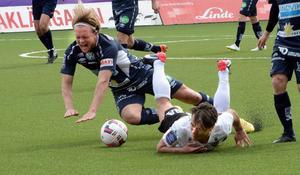 Alla faller – men till slut är det Örebro SK som reser sig. Anders Bååth och Nordin Gerzic i en tuff duell.