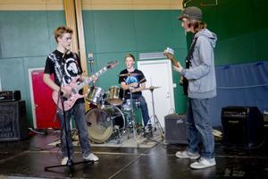 """Jeff Östling med Robin och Tobias Hansson körde covers på bland annat Motörheads """"Ace Of Spades"""" kryddat med mycket dubbeltramp."""
