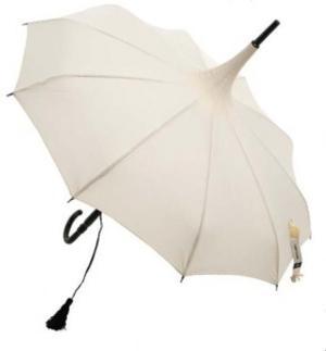 Romantiskt paraply med volang- fint till sommarfesten eller andra högtider när man vill vara snygg i regnet.Gardsromantik.se
