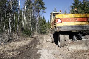 Gamla Nordanstigsvägen har körts sönder av skogsmaskiner.