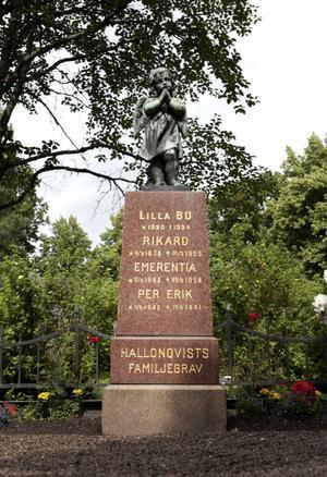 Per-Erik Hallonqvist vilar i familjegraven på Norslunds kyrkogård. Där står att han dog den 17 september 1961. Men det sista radiomeddelandet till flygledartornet i Ndola kom 00.10 den 18 september, så datumet på gravstenen är felaktigt.