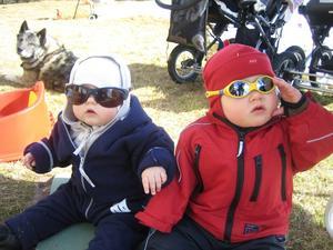 Här sitter de tuffa kusinerna Hanna Eriksson, 9 mån och Emma Mattsson, 1 år vid Örviken, Lima. I bakgrunden ligger gråhunden Ero. Foto: Lena Branäs