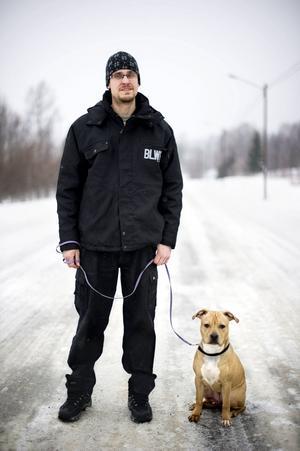 Stefan Nyström med valpen Dreja.