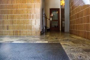 Det var i den här trappuppgången i ett hyreshus på Kopparbergsvägen som polisen fann den misshandlade mannen.