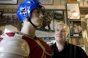 Jonny Stridh har varit hemma i Hudiksvall och hälsat på släkten. Då blev det även ett besök på Janne Olssons idrottsmuseum.