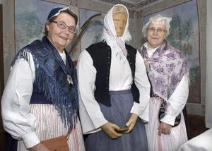 Tre pigor. Solveig Berglund och Britta Smålänning med sin piga Kerstin från 1800-talets Arbrå.