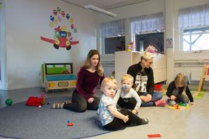 Förskollärarna Anna Bäckström och Daniella Åhlberg har utbildat sig till handledare och ska börja ta emot högskolepraktikanter på Hattstugan/Trädet i Skogsbo.