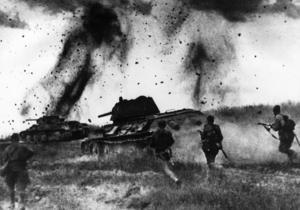 Röda armén gick upprepade gånger till motattack på sommaren och hösten 1941, utan att lyckas hejda den tyska offensiven mer än tillfälligt. Men tyskarna tillfogades svåra förluster, vilket visade sig avgörande på sikt. Stridsvagnen på bilden är den berömda ryska T-34:an. Arkivbild.   Foto: APN/TT