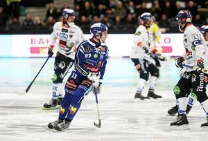 Daniel Andersson gjorde tre av Villas fyra mål i den första semifinalen. Hur många blir det på Sävstaås på lördagkväll?