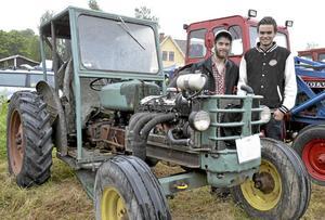 Traktorintresse. Det är intresset och gemenskapen som lockar Marcus Eriksson och Christoffer Hedberg till traktorfesten Ullermuller i Ullersätter.Foto: Kerstin Schönström