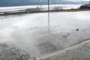 Det var totalstopp i dagvattenbrunnarna på väg 638 vid Olympia i västra Åre. Vattnet rann rakt över vägen, ner mot banvallen.